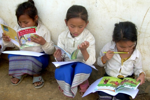 Lao_schoolgirls_reading_books